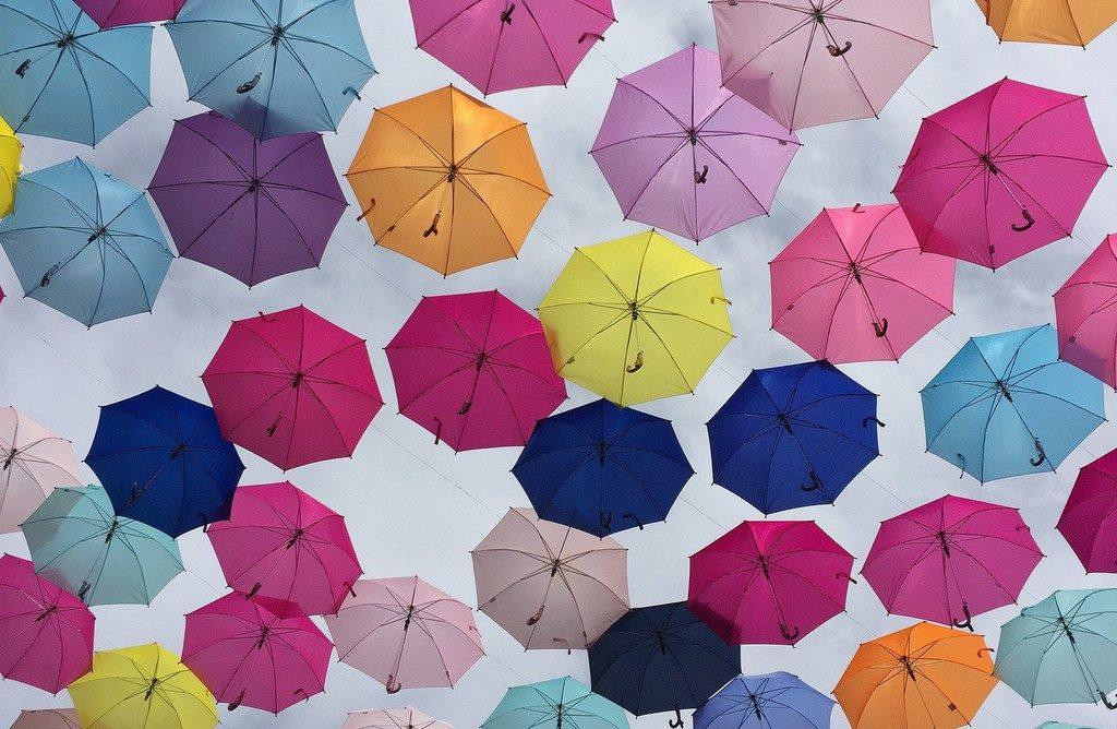 Decoracion de Calles con Sombrillas de Colores